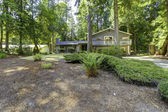 House in the woods. Summer time in Washington state — Stockfoto