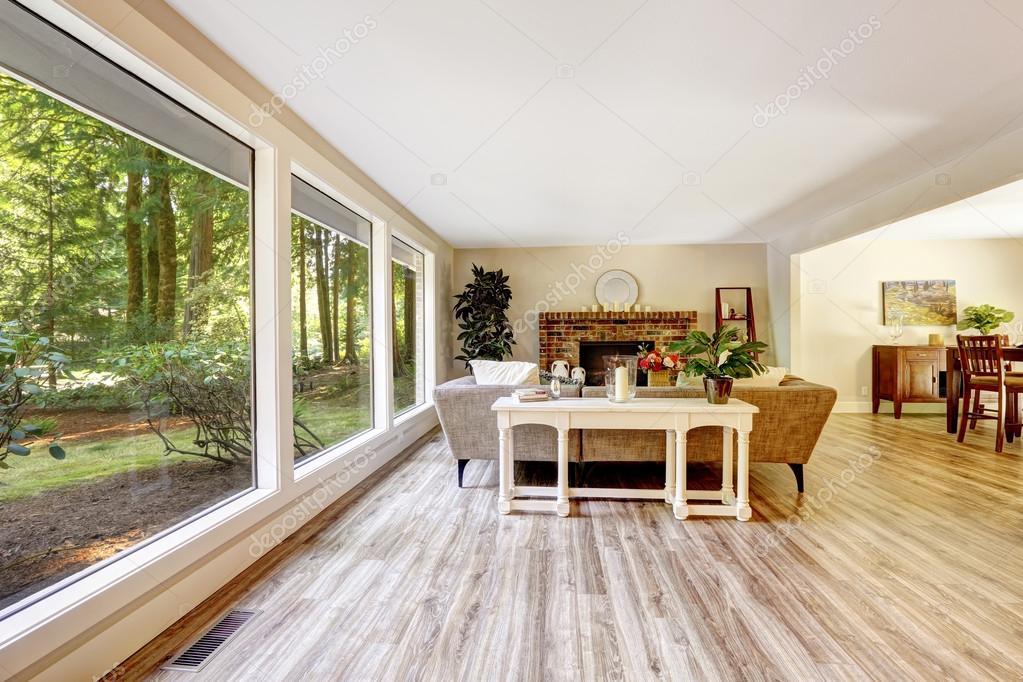 Großes helles Wohnzimmer mit Glaswand — Stockfoto ...