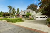 Luxury real estate in Tacoma, WA. House with big garage and fenc — Stock Photo