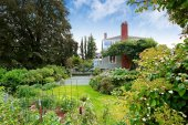 Modern house with tennis court and garden. Tacoma real estate — Photo