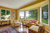 Žlutá posezení s velkým oknem — Stock fotografie