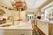 Sitio de la cocina con isla y colgar maceta — Foto de Stock
