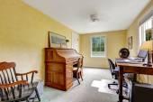 Gelbe Büro Innenraum mit antiken Möbeln — Stockfoto