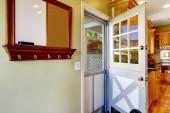 двойная дверь в комнате кухня с выходом на задний двор — Стоковое фото