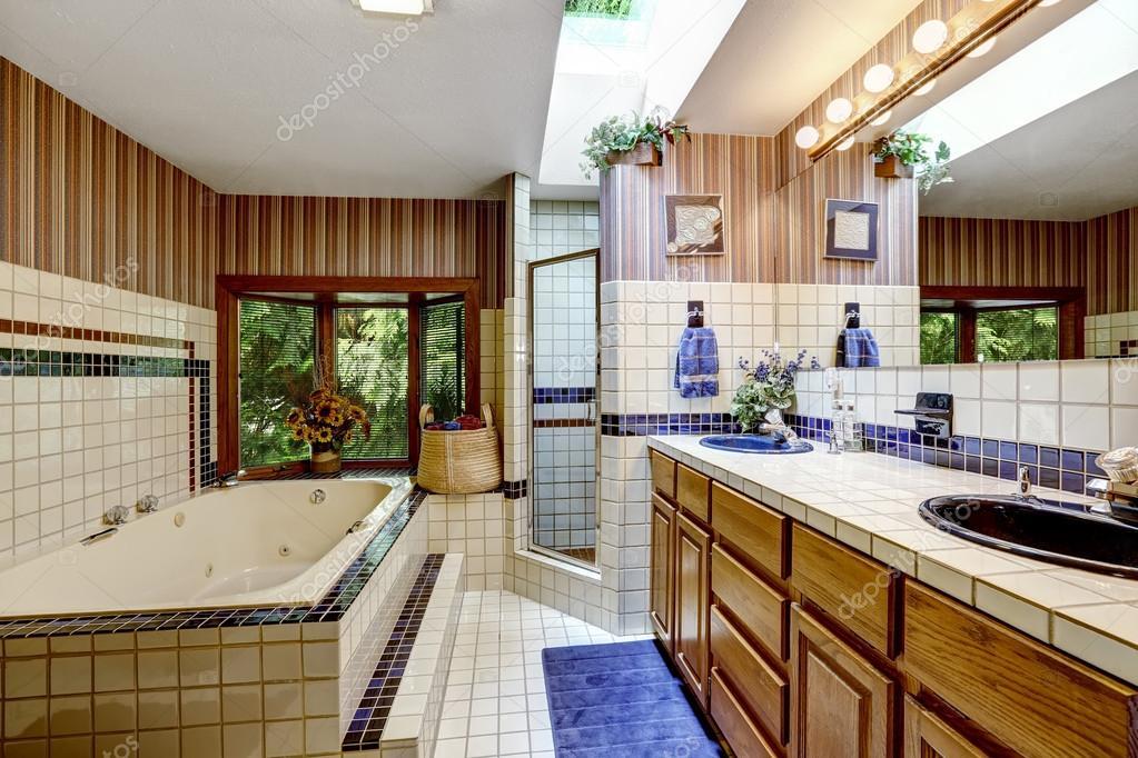 Bagno interno con carta da parati e piastrelle — foto stock ...