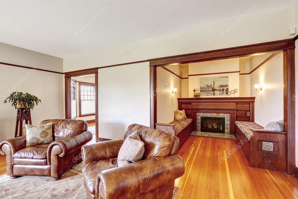 起居室和豪华的老房子里的壁炉