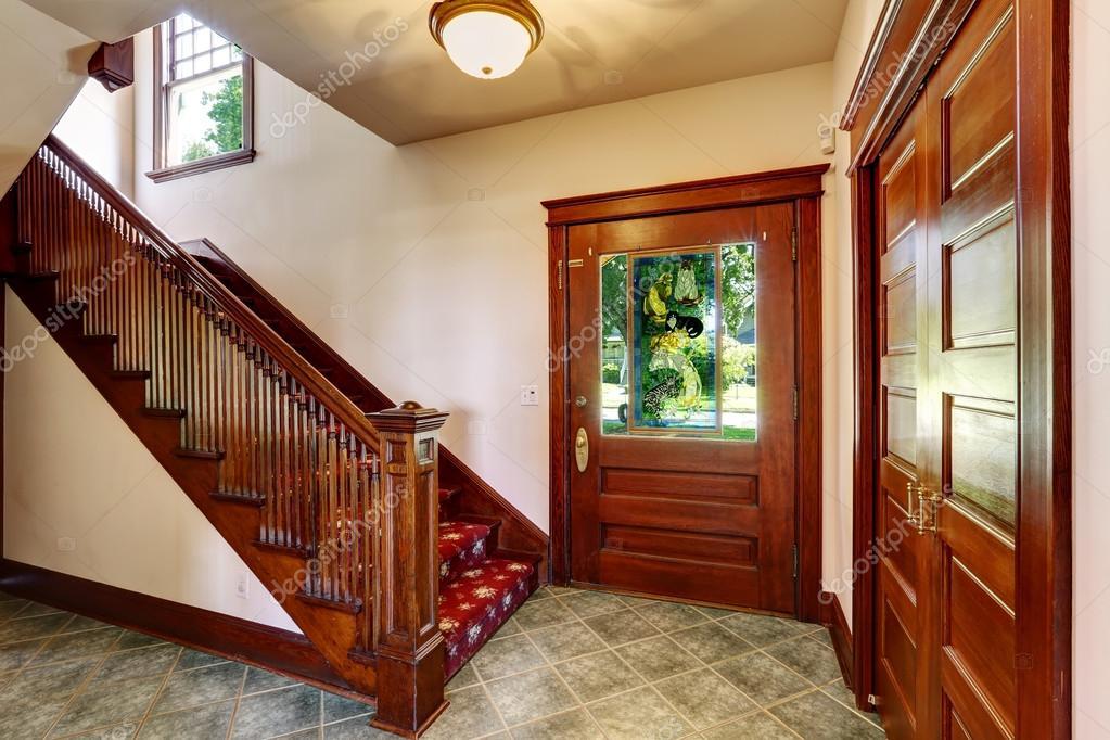 Corridoio dingresso con scala in legno — foto stock © iriana88w ...
