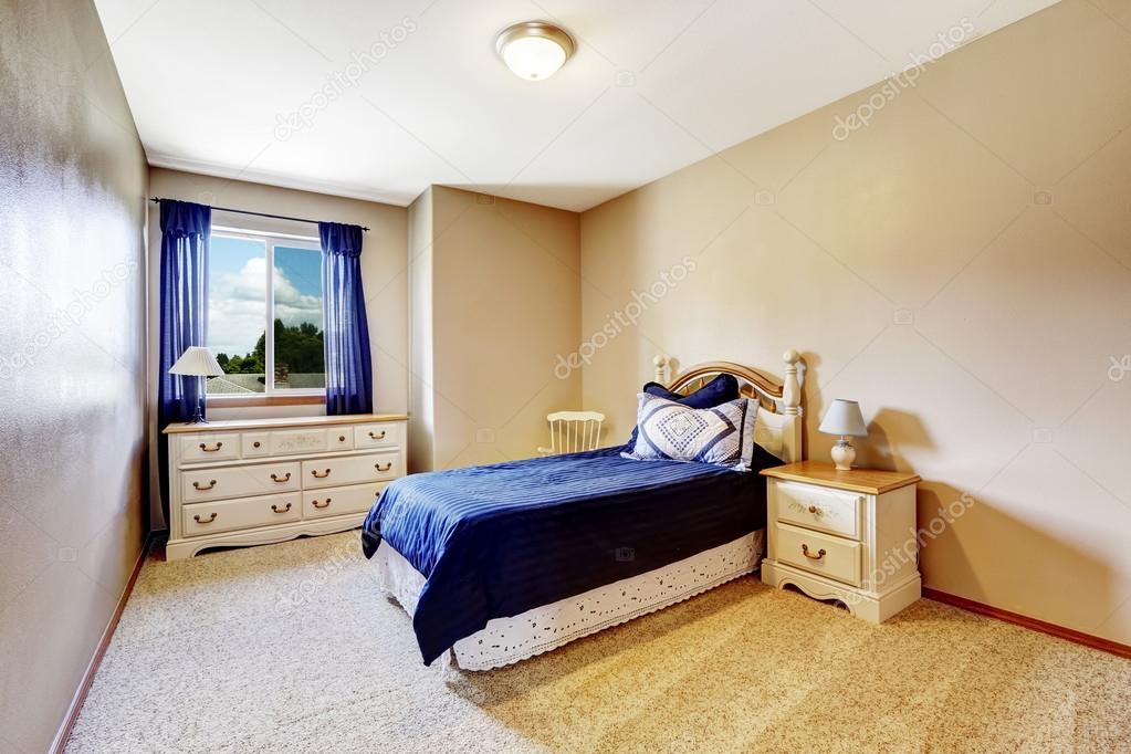 Interno camera da letto con biancheria della marina e tende — foto ...
