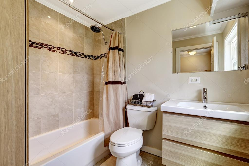 Casa de banho com guarni o da telha bege fotografias de - Alicatado de banos modernos ...