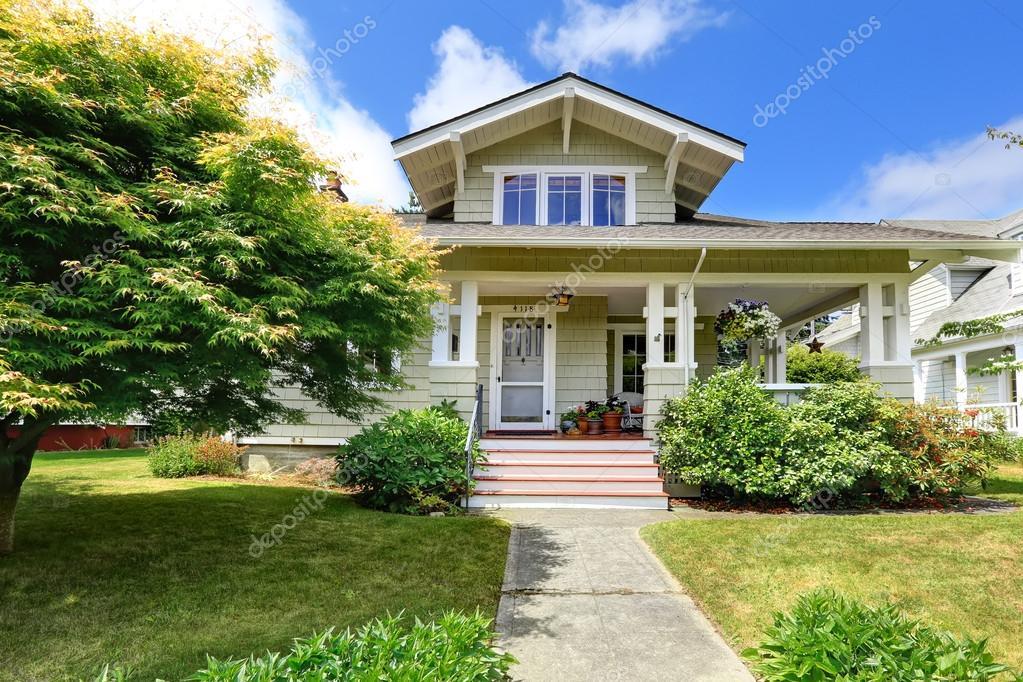 porche d 39 entr e spacieux avec escalier photo 54257921. Black Bedroom Furniture Sets. Home Design Ideas