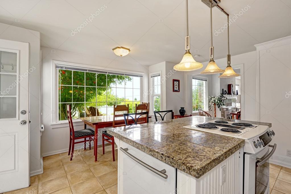 Interior blanco brillante moderna cocina con isla y comedor ...