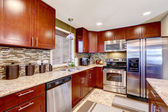 Modernt kök interiör med mosaik rygg plask trim och granit — Stockfoto