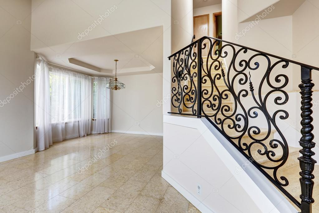 Interno di casa emtpy con pavimento di piastrelle lucide e for Piastrelle bianche lucide pavimento