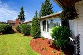Front yard landscape with orange sawdust trim — Stock Photo