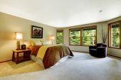 Amplio dormitorio principal con cama confortable — Foto de Stock