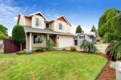 House exterior with beautiful curb appeal — Stock Photo
