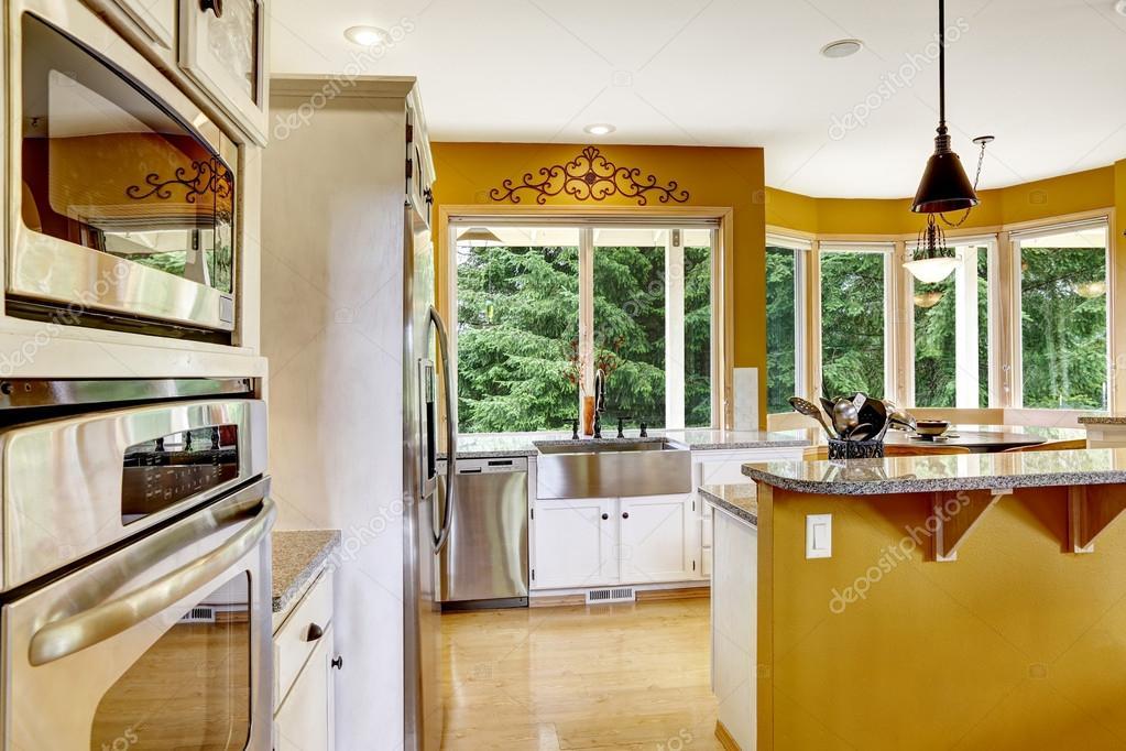 농장 집 인테리어입니다. 밝은 노란색 색깔에 있는 부엌 방 ...