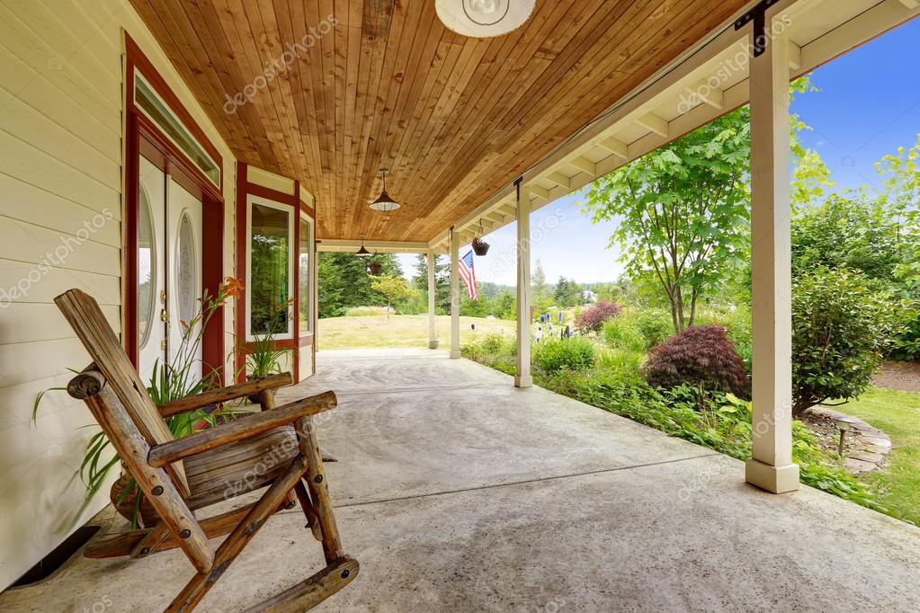 Ext rieur de maison de ferme porche d 39 entr e avec fauteuil bascule photographie iriana88w - Maison avec porche d entree ...