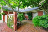 Brick house exterior with tile floor front yard — Stock Photo