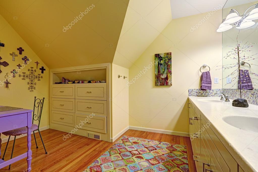 Interior del cuarto de ba o con armario y mesa para ni os for Cuarto de bano infantil