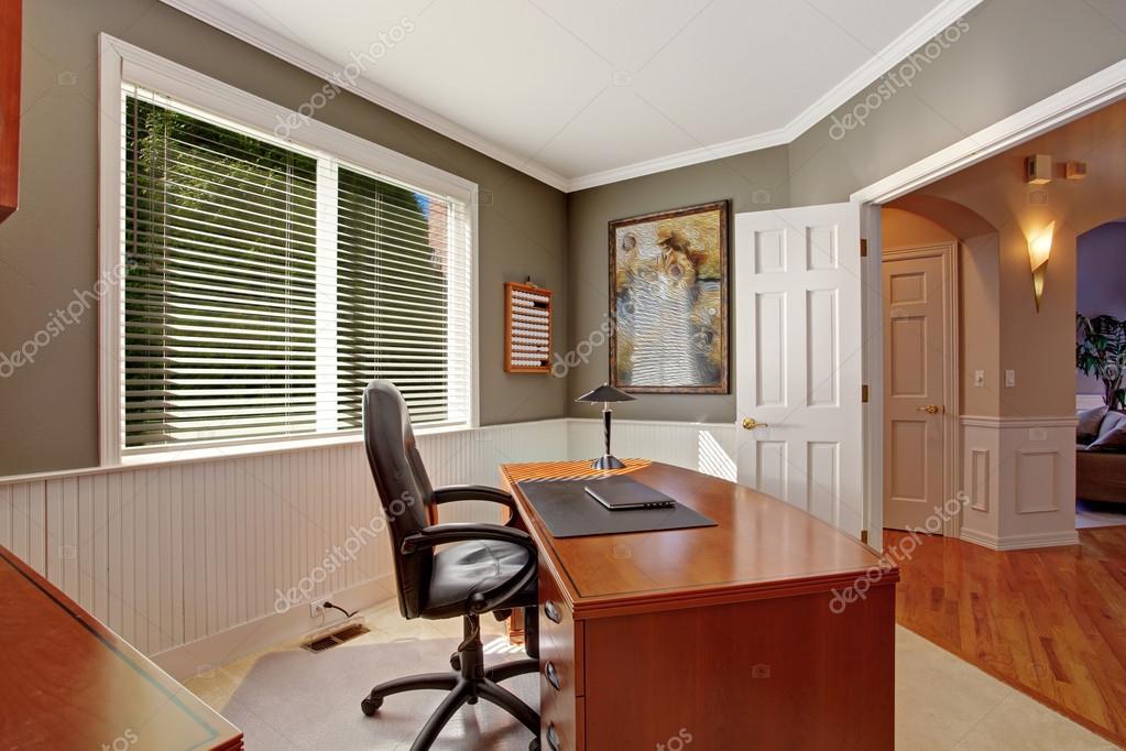 Salle de bureau dans la maison de luxe photographie for Bureau de maison