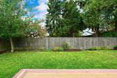 двор с старый деревянный забор — Стоковое фото