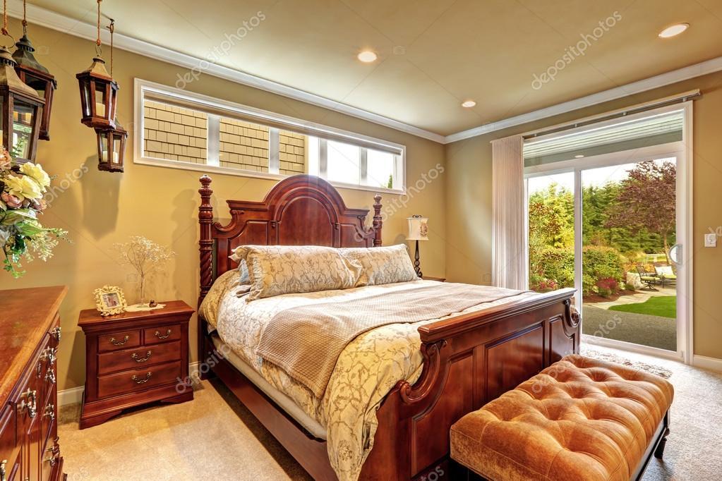 Dormitorio de lujo tallado madera muebles — fotos de stock ...