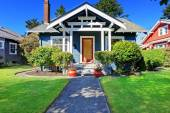House exterior with curb appeal — Stock Photo