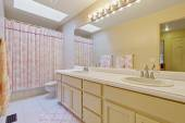 Light tone bahtroom with pink curtain and rug — Стоковое фото