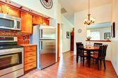 Sala-cozinha com área equipada — Fotografia Stock