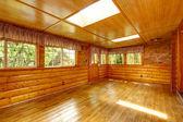 Bright empty log cabin house interior with skylights — Fotografia Stock