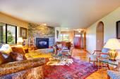 Luxusní Interiér domu krajiny s bohatou nábytku — Stock fotografie