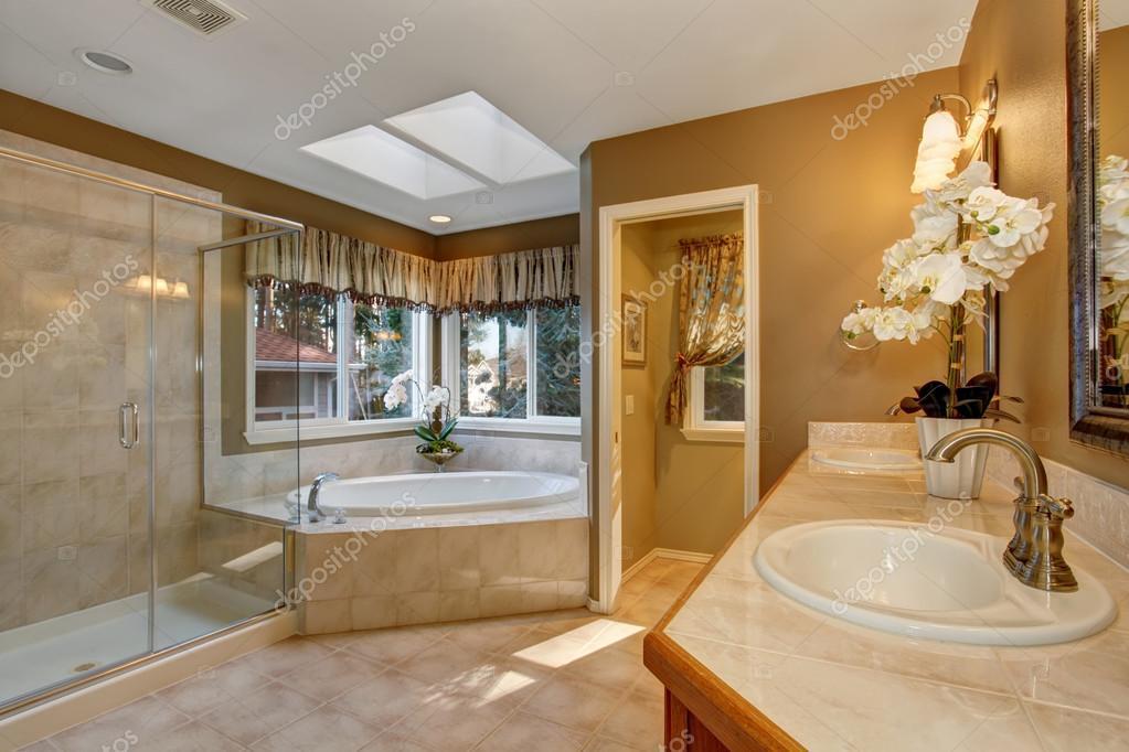 Nagy elegáns master fürdőszoba csempe és az üveg zuhany — Stock Fotó © iriana88w #77672710
