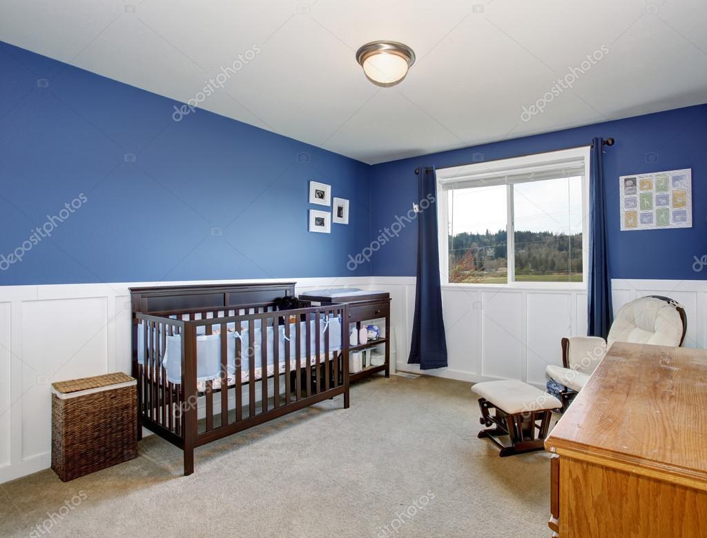 Perfekta baby rummet med djupa blå väggar och fin spjälsäng ...