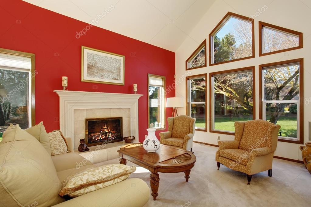 Salon moderne avec mur rouge vif et un décor agréable ...