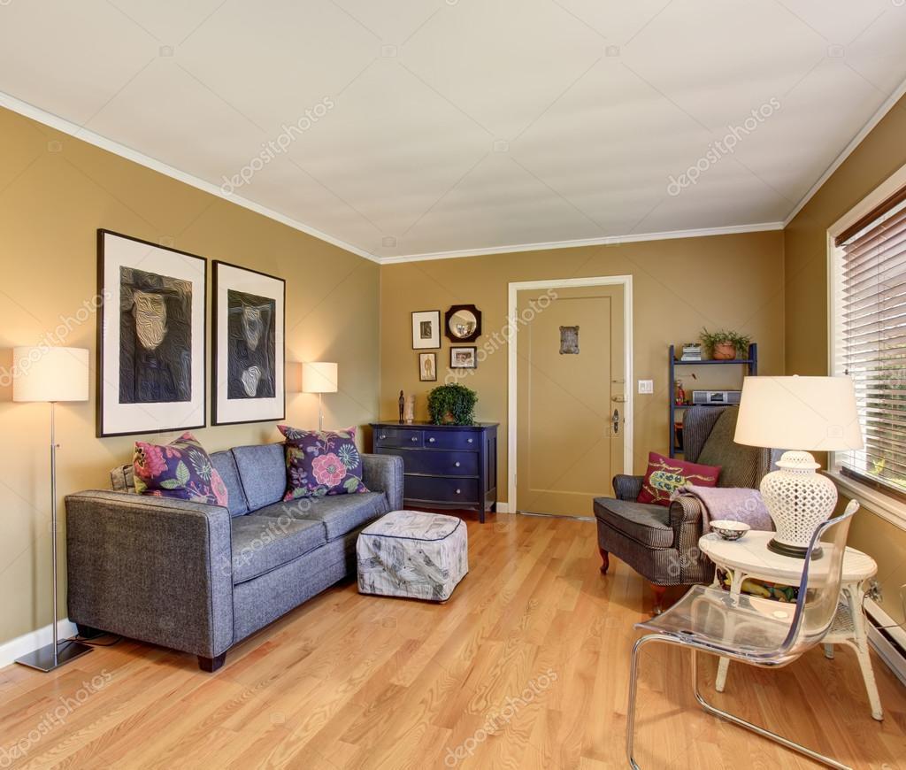 硬木地板和灰色沙發舒適客廳– 圖庫圖片