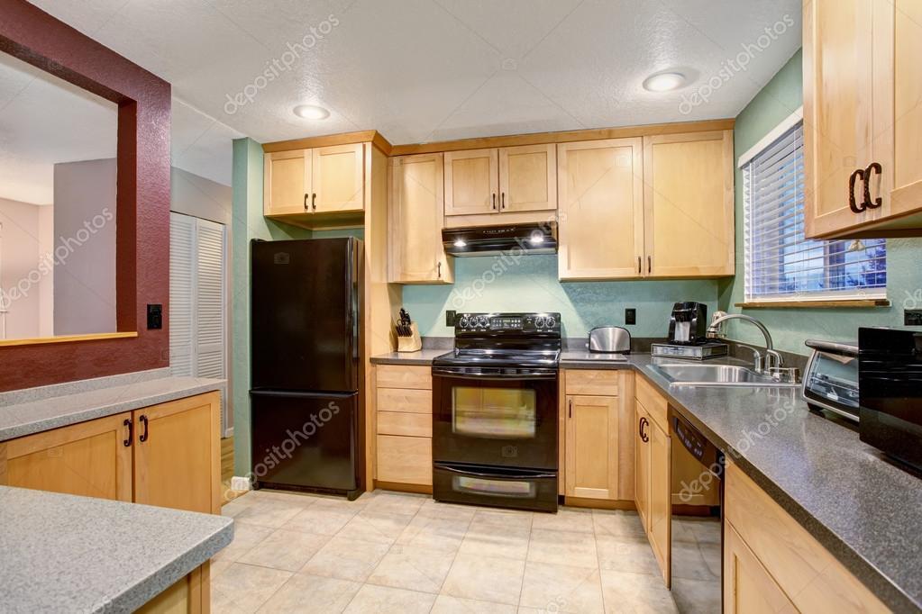 Kleine keuken en eetkamer met vierkante tafel — stockfoto ...