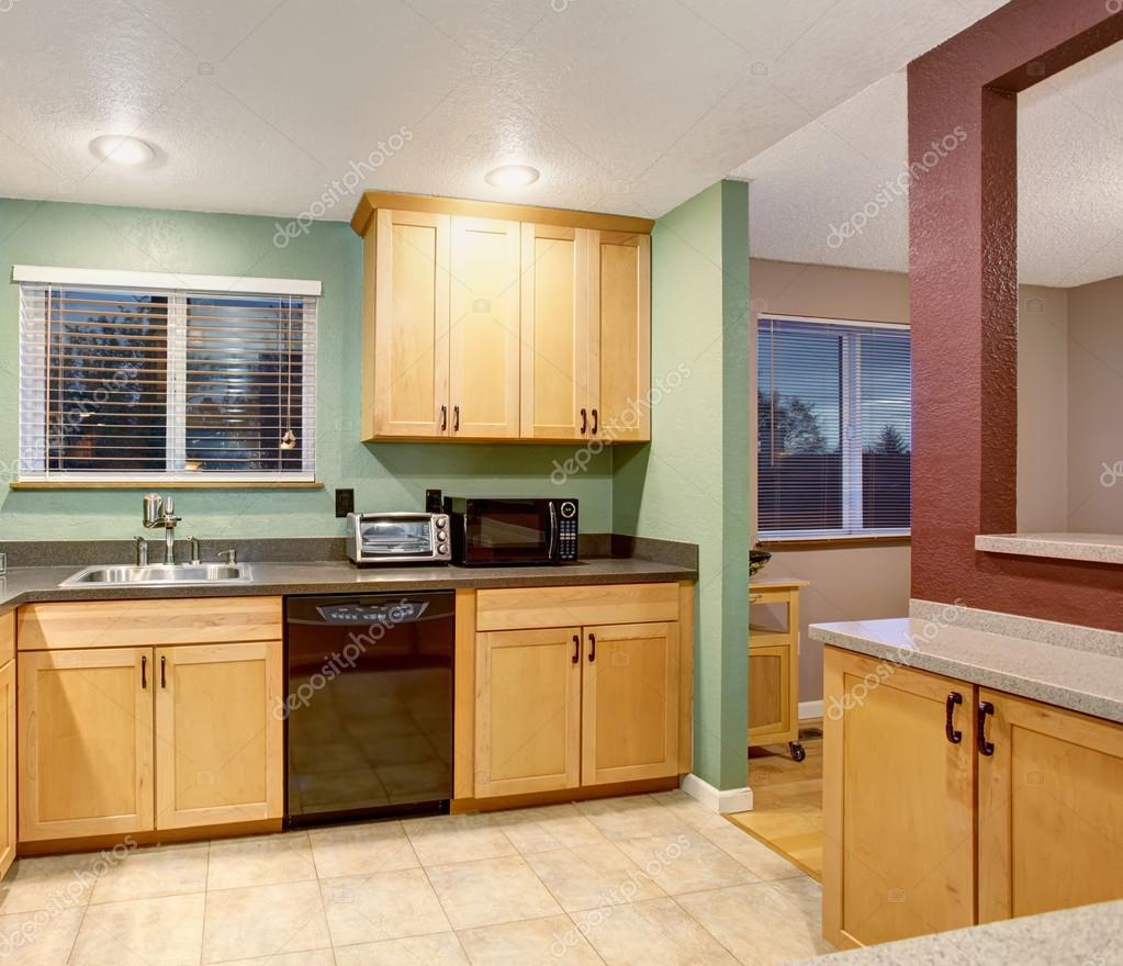 Litet kök och matsal med kvadratiskt bord — stockfotografi ...