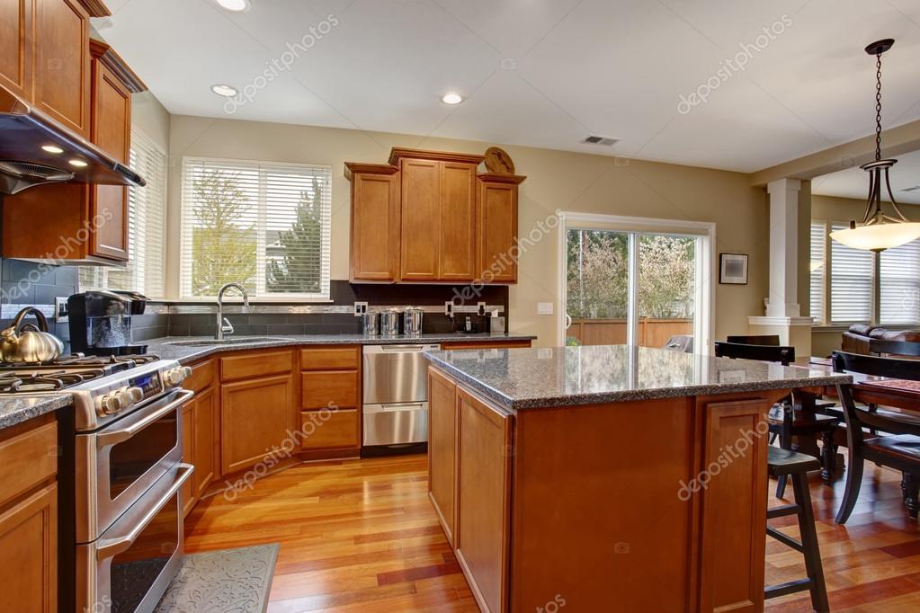 cucina classica con isola e in acciaio inox frigorifero foto stock 79408830