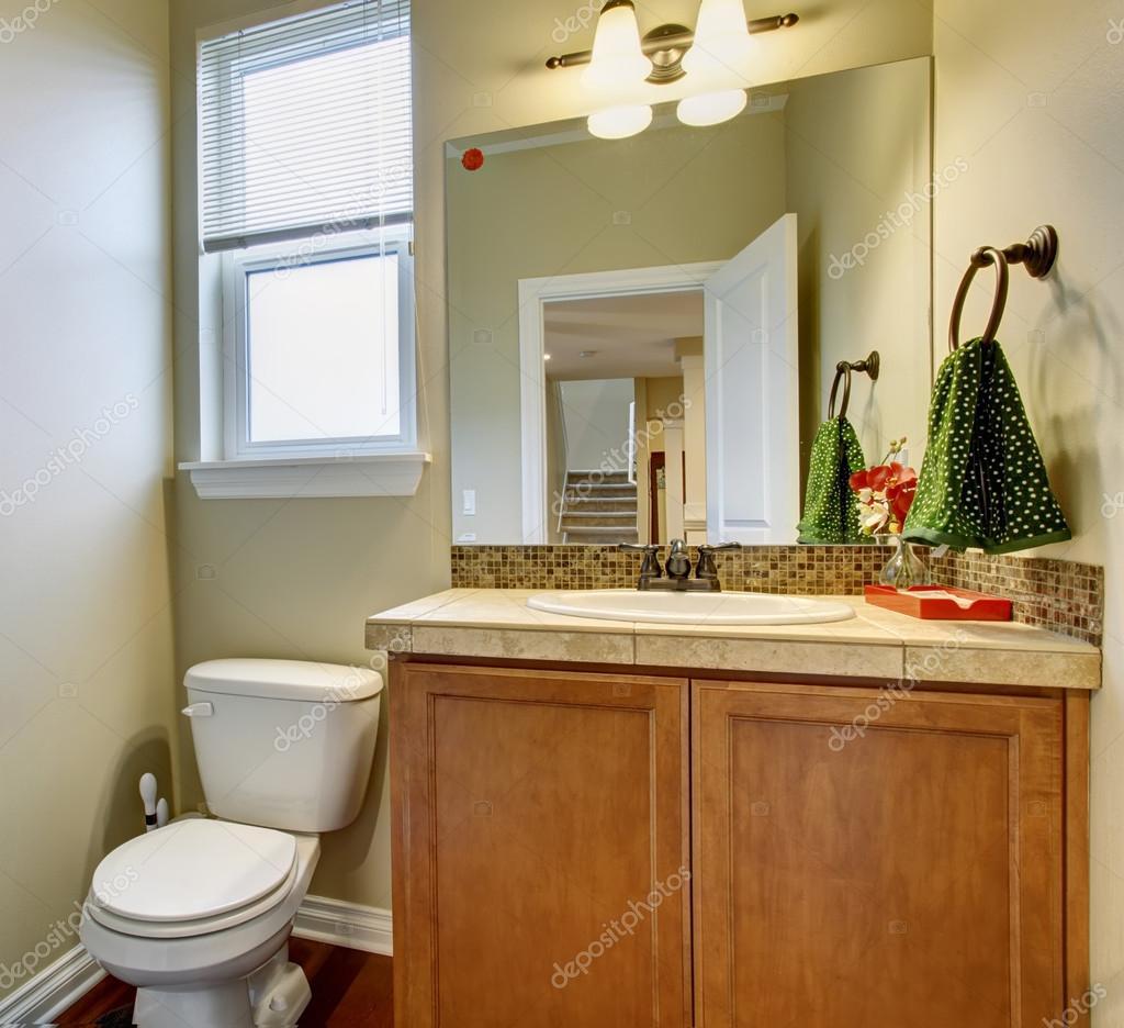 Litet halv badrum med fin inredning — stockfotografi © iriana88w ...