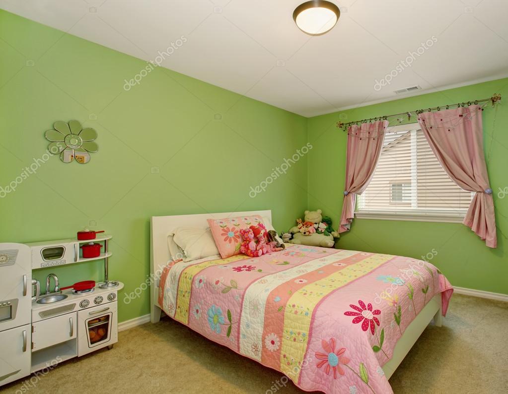 Perfekta tjejer sovrum med gröna väggar — stockfotografi ...