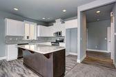 Cozinha exclusiva com piso de madeira cinza. — Fotografia Stock