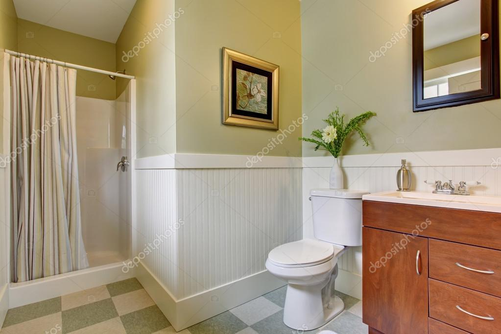 Ba o con piso de baldosas a cuadros y paredes blancas for Baldosas blancas bano