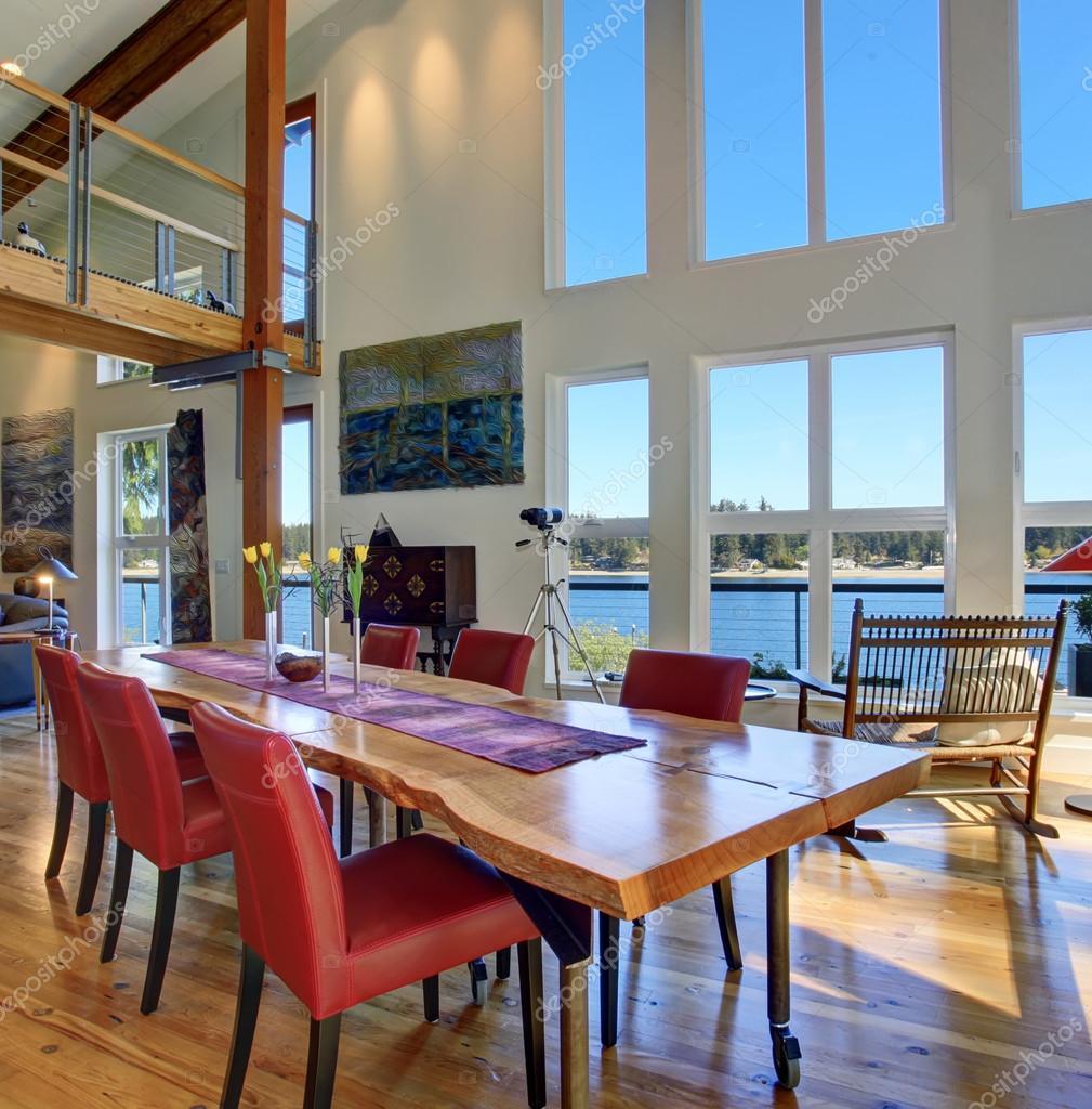 Lyxig matplats med stort bord och fönster — Stockfotografi ...