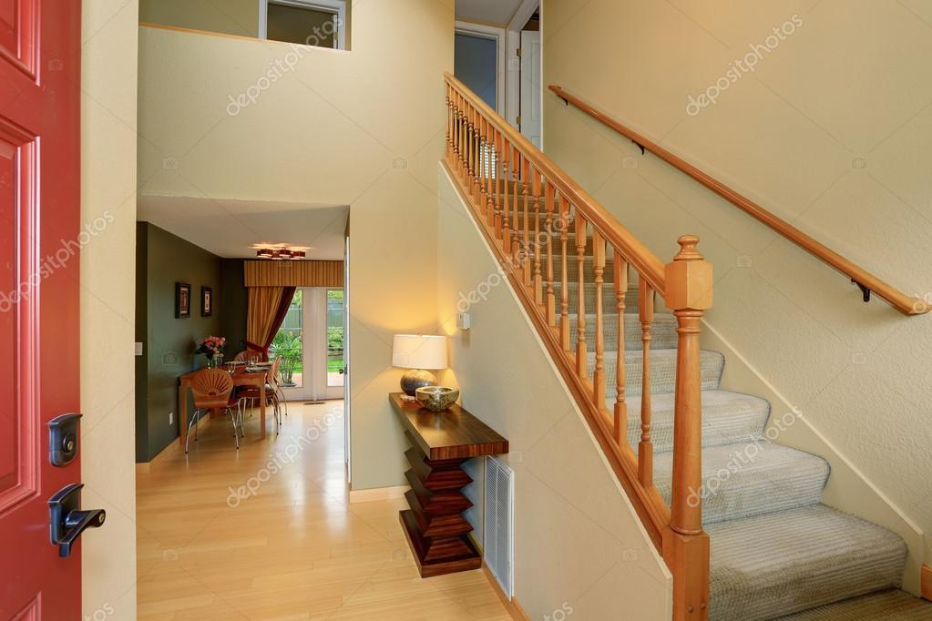 Manera moderna entrada a casa con la escalera de alfombra - Alfombra para escalera ...