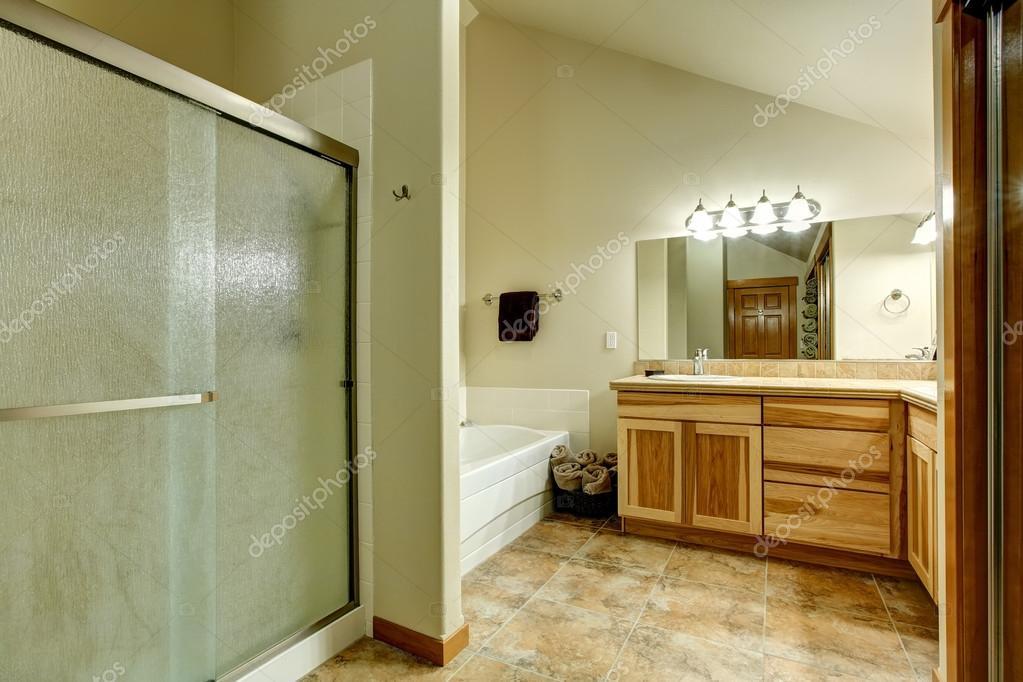 schönes badezimmer mit großer dusche — stockfoto © iriana88w #81189040, Hause ideen