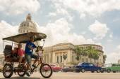 Transportation and The Capitol or El Capitolio in Havana — Foto de Stock