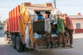 Manual garbage pick up service — Stock Photo