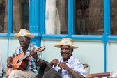 Street musicians play in Cuba — Stock Photo