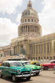 Transportation and The Capitol or El Capitolio in Havana — Stock Photo